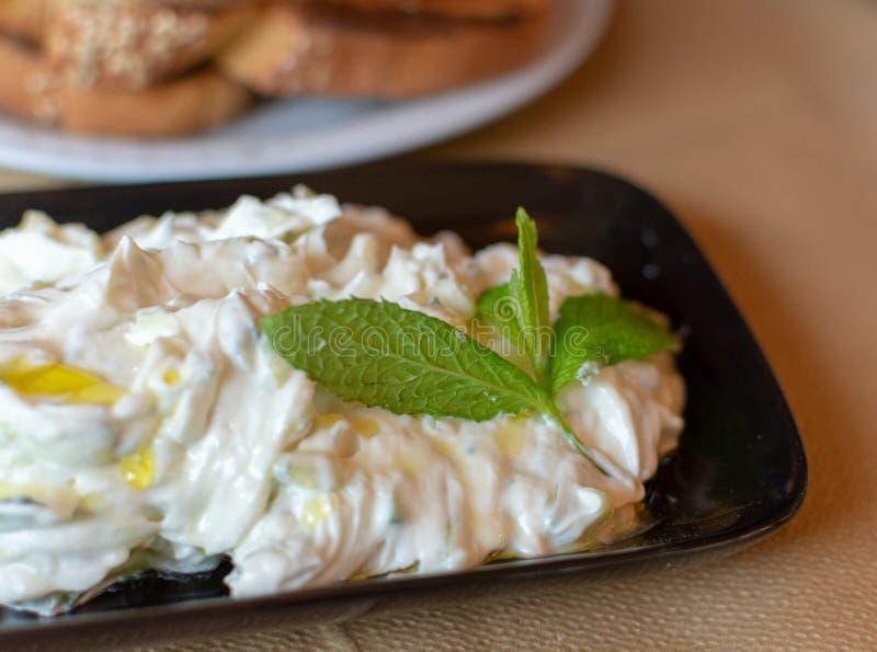 Tzatziki, cacik of tarator, onderdompeling of saus van Zuidoosteneuropa en Midden-Oosten van gezouten gespannen die yoghurt wordt stock afbeeldingen