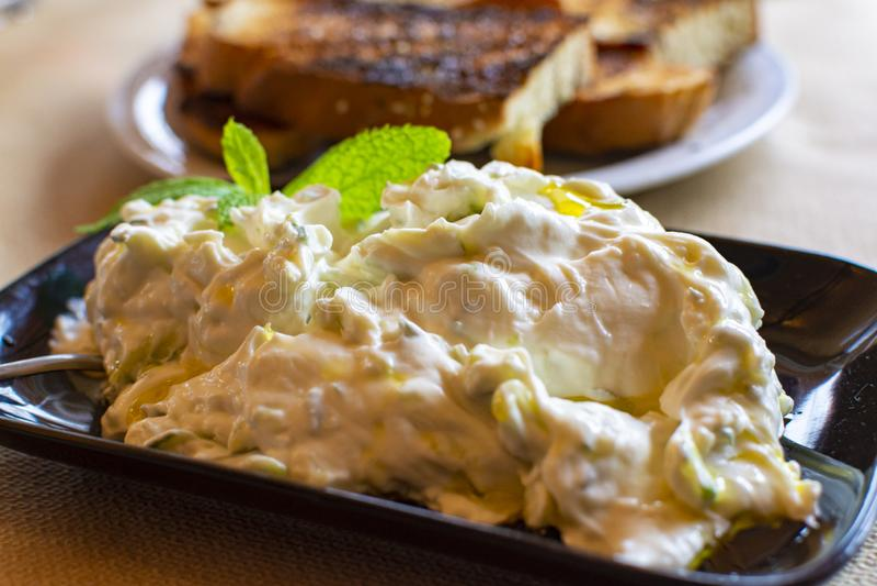 Tzatziki, cacik of tarator, onderdompeling of saus van Zuidoosteneuropa en Midden-Oosten van gezouten gespannen die yoghurt wordt royalty-vrije stock afbeelding