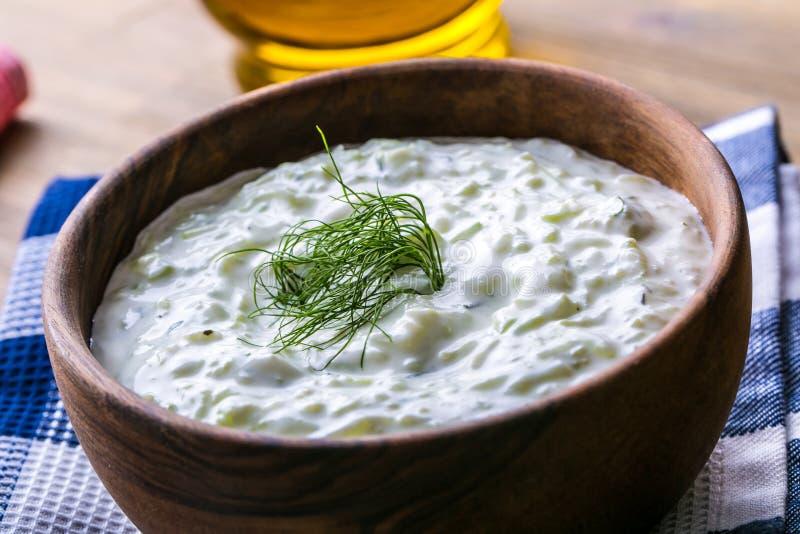 Tzatziki Grecki sałatkowy tzatziki ogórek, jogurt, śmietanka, oliwa z oliwek, czosnek, koper lub pikantność, fotografia royalty free