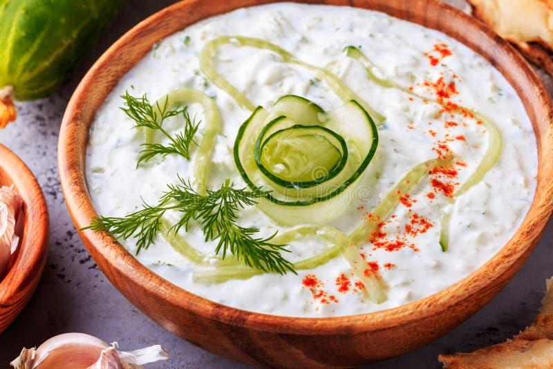 Tzatziki grego da salada do pepino, iogurte, azeite, alho fotos de stock