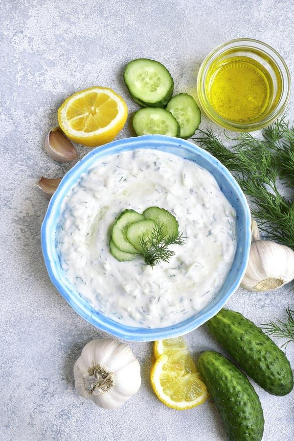 Tzatziki - molho do iogurte com pepino e aneto Vista superior com co imagem de stock royalty free