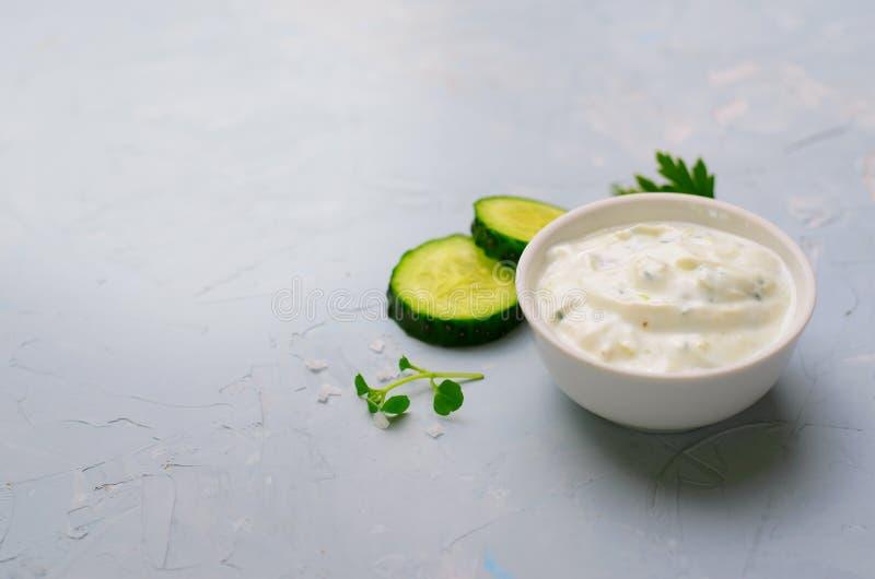 Tzatziki, Yoghurtsaus met Komkommer op Heldere Achtergrond stock foto's