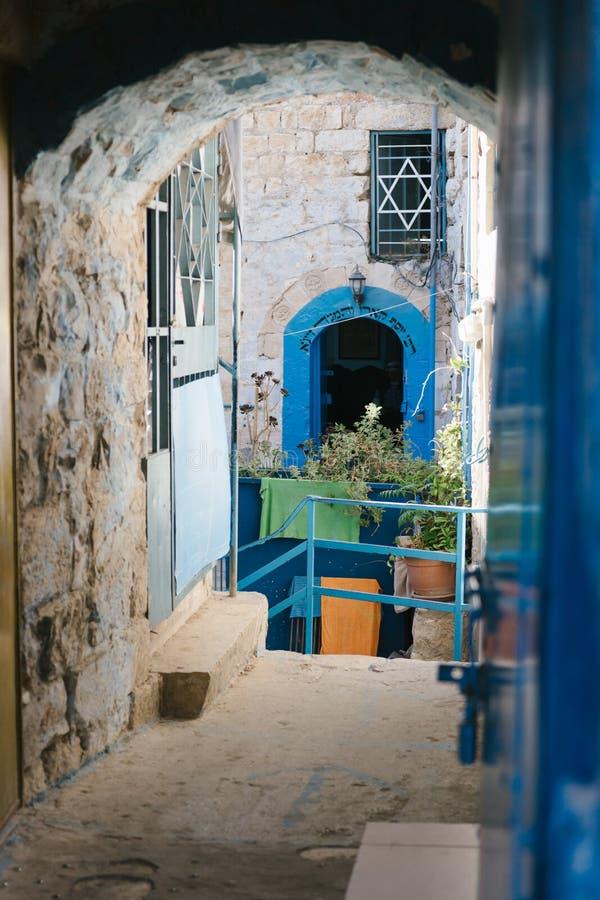 Tzefat, sinagoga colorida judaica na cidade velha fotografia de stock royalty free