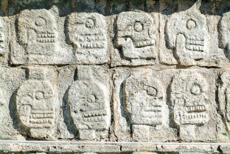 Tzompantli - vägg av skallar, Chichen Itza arkivbild