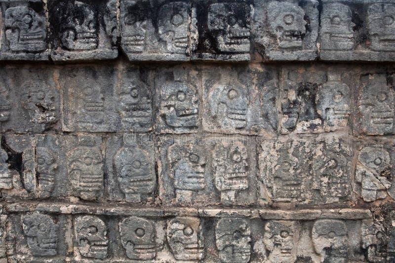 Tzompantli vägg av skallar på Chichen Itza, Mexico royaltyfri bild