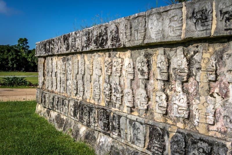 Tzompantli vägg av skallar på Chichen Itza - Yucatan, Mexico royaltyfri foto