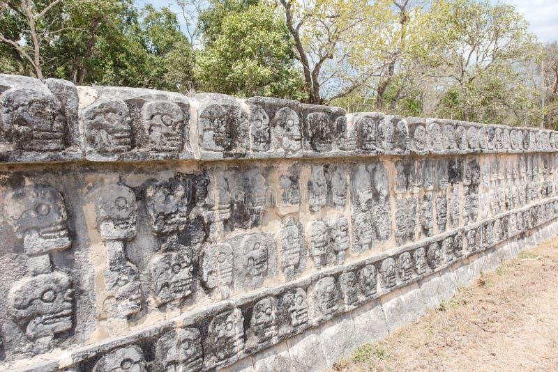 Tzompantli - väggen av skallar i Chichen Itza arkivbild