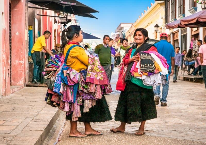 Tzotzilmaya mensen die de traditionele kleren saling bij straat van royalty-vrije stock foto's