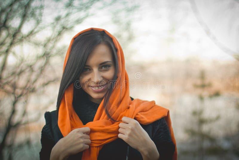 Uśmiechnięta dziewczyna w pomarańczowym hijab w Dubaj wiośnie zdjęcia stock