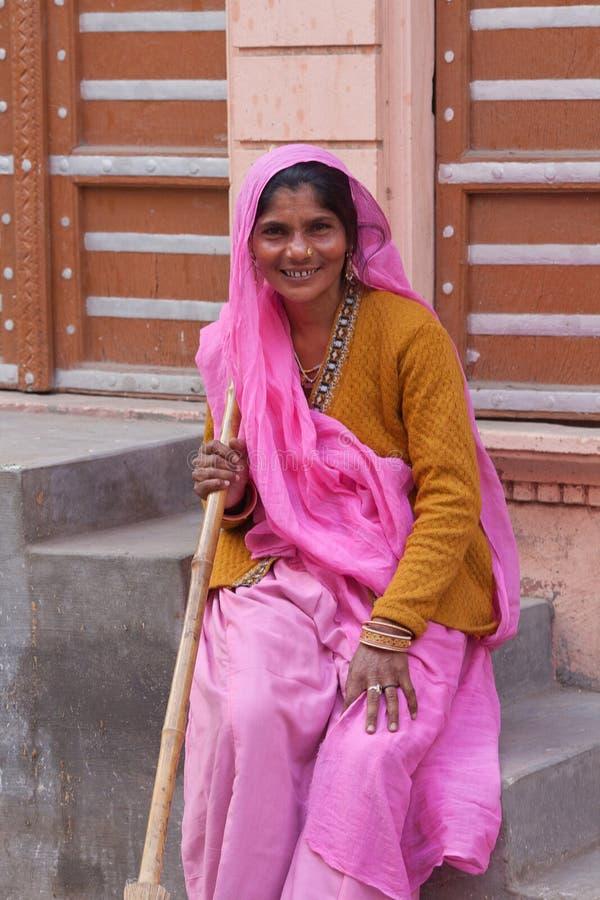 Uśmiechnięta Indiańska kobieta w obywatelu odziewa fotografia stock