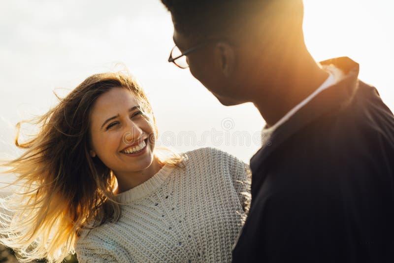 Uśmiechnięta kobieta patrzeje jej chłopaka zdjęcie stock