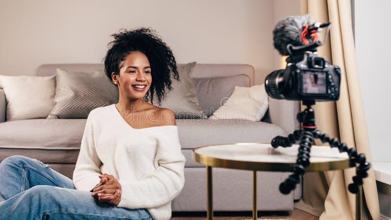 Uśmiechnięta kobieta tworzy wideo zawartość fotografia royalty free
