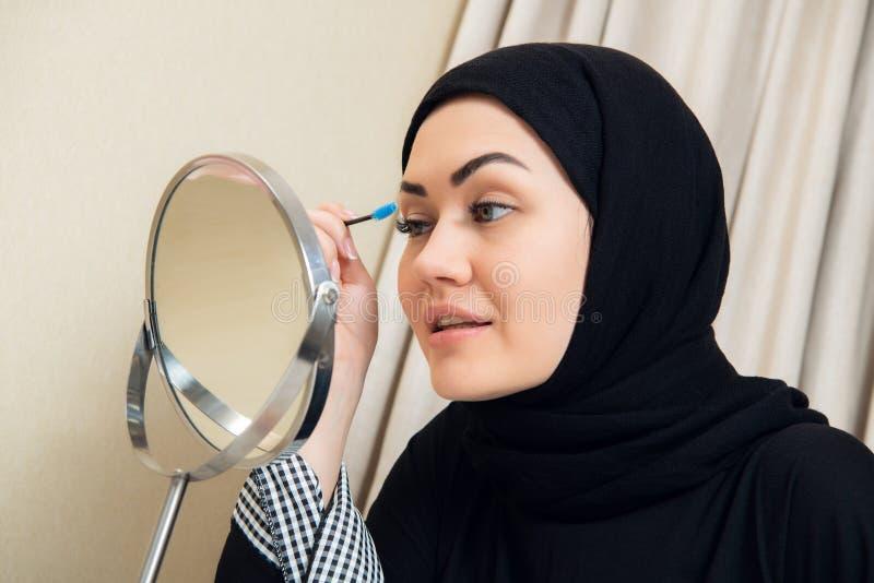 Uśmiechnięta młoda kobieta jest ubranym makeup i hijab zdjęcia royalty free