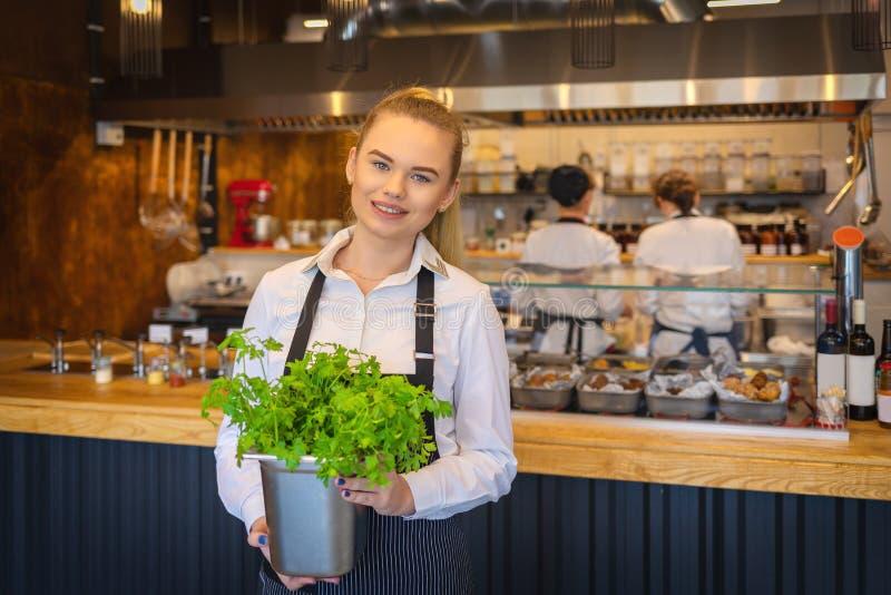 Uśmiechniętego szefa kuchni kobiety restauracyjny kucharstwo z świeżymi składnikami ono uśmiecha się kamera zdjęcia royalty free