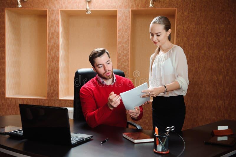 Uśmiechnięty biznesowy specjalista i sekretarka pracuje w nowożytnym biurze fotografia royalty free