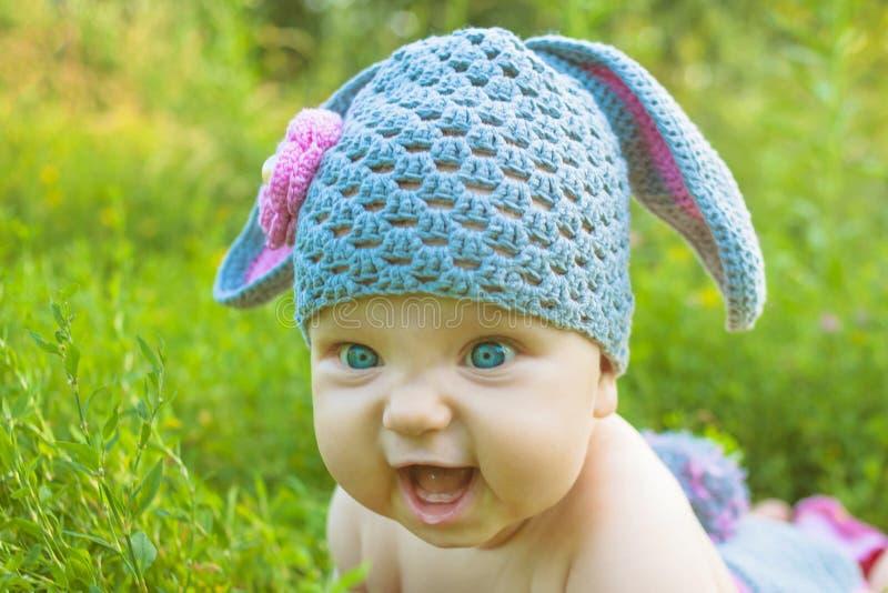 Uśmiechnięty dziecko dzieciak pozuje jak Wielkanocny królik obraz royalty free