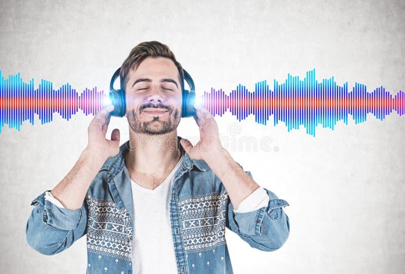 Uśmiechnięty mężczyzna słucha muzyka, rozsądna fala obraz royalty free