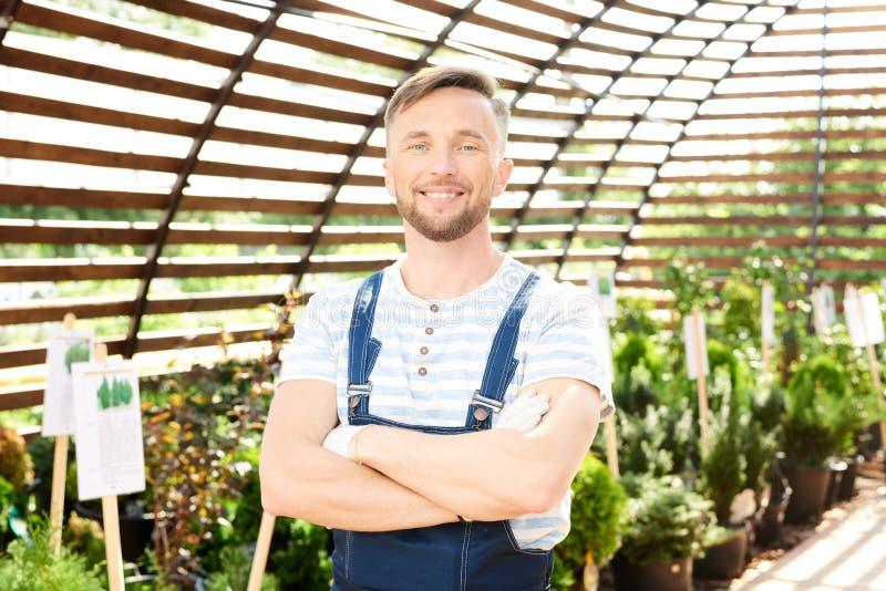 Uśmiechnięty pracownik Pozuje w ogródzie obraz stock