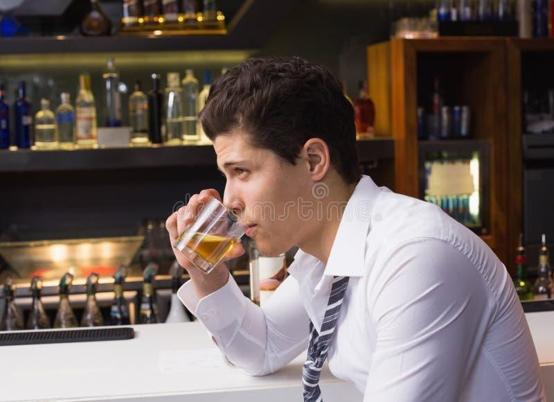 Uísque bebendo do homem novo puro imagem de stock royalty free