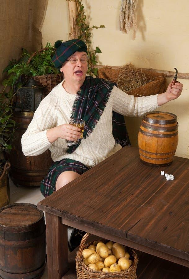 Uísque bebendo do Scotsman engraçado foto de stock