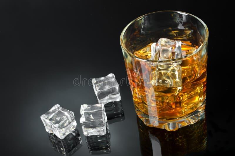 Uísque com gelo imagem de stock