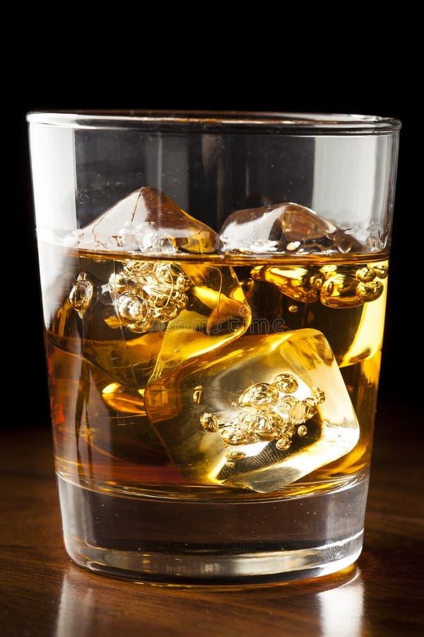 Uísque dourado de Brown nas rochas fotos de stock royalty free