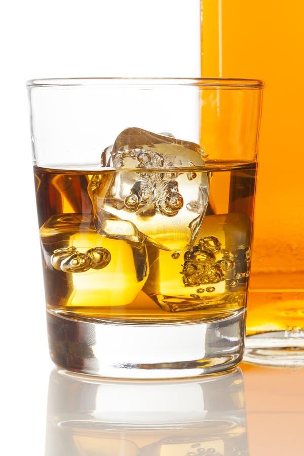 Uísque dourado de Brown nas rochas fotografia de stock royalty free