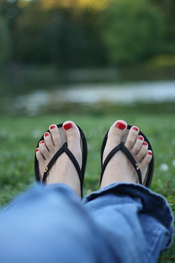 Uñas Del Dedo Del Pie Rojos, Pies De La Mujer Imagen de archivo ...