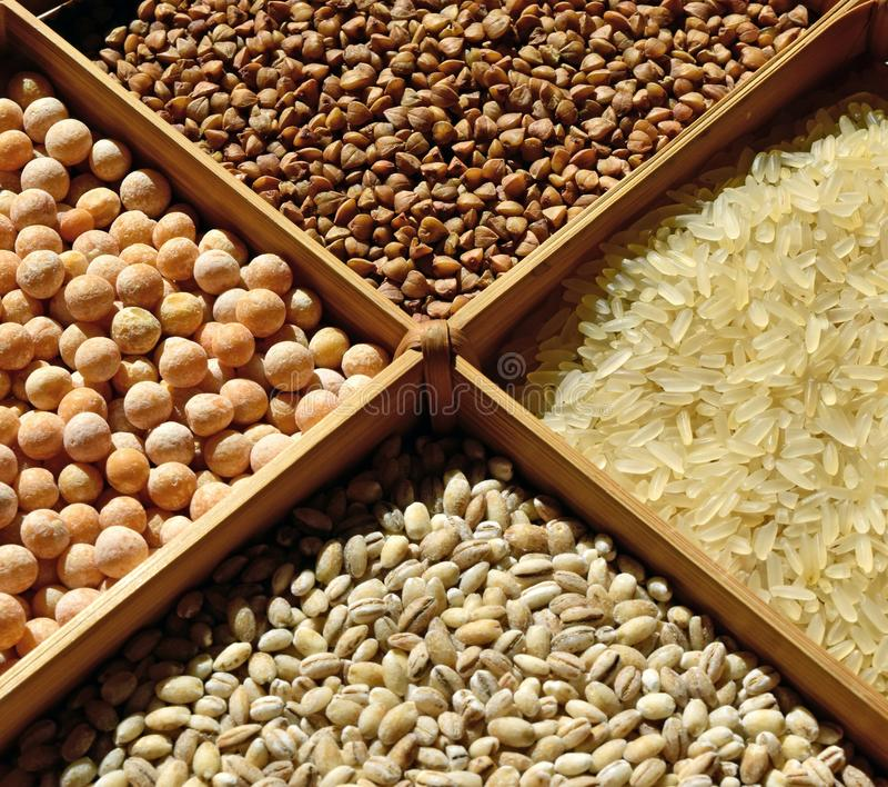 Ułożeni zboża: gryka, ryż, grochy, perełkowy jęczmień obraz stock
