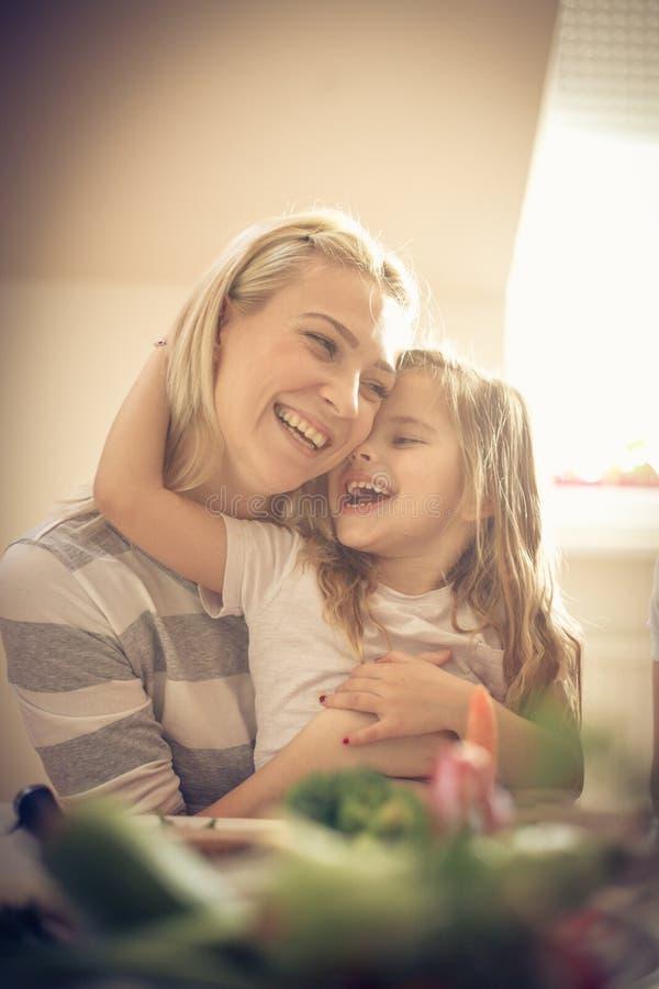 Uściśnięcie dla matki fotografia stock