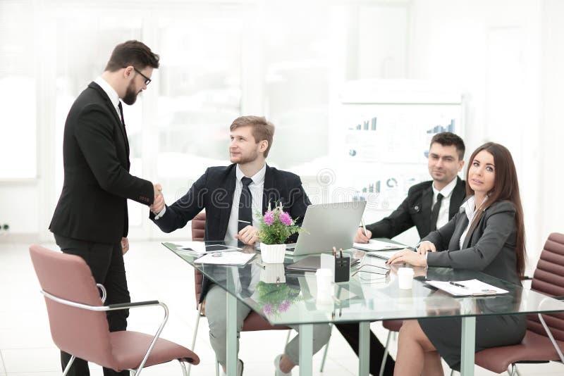 Uścisków dłoni biznesowi koledzy blisko biurowego desktop fotografia royalty free