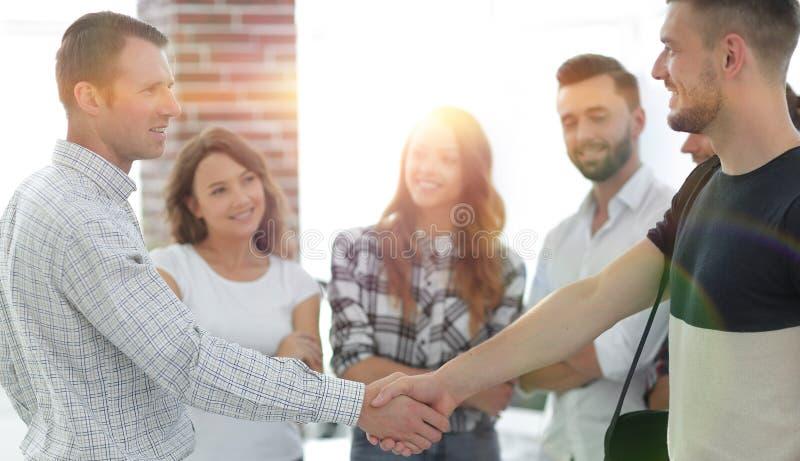 Uścisków dłoni partnery biznesowi w kreatywnie biurze zdjęcia stock