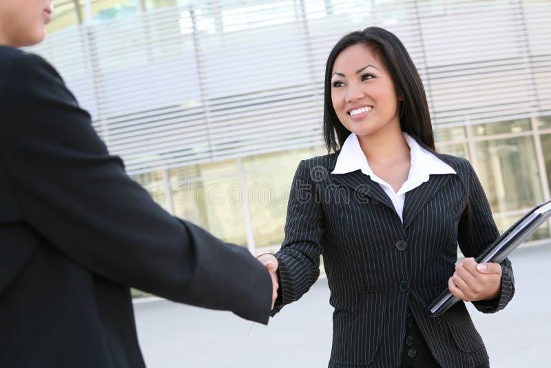 uścisk dłoni azjatykcia kobieta zdjęcia stock