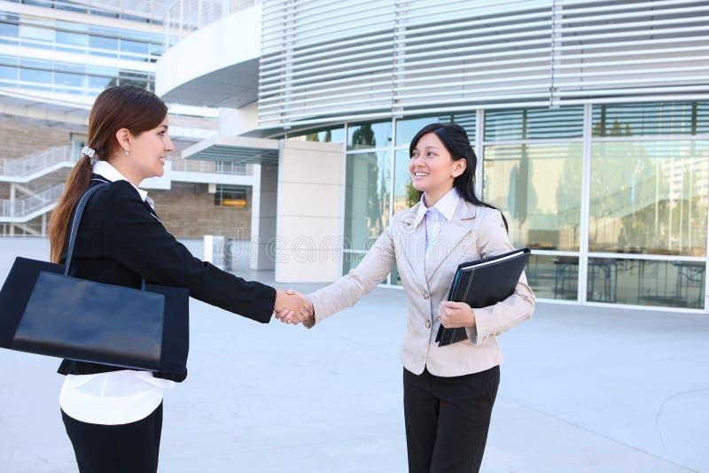 uścisk dłoni biznesowa kobieta obraz royalty free
