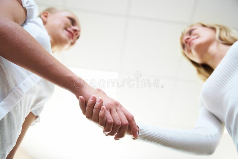 uścisk dłoni kobiety s obraz stock
