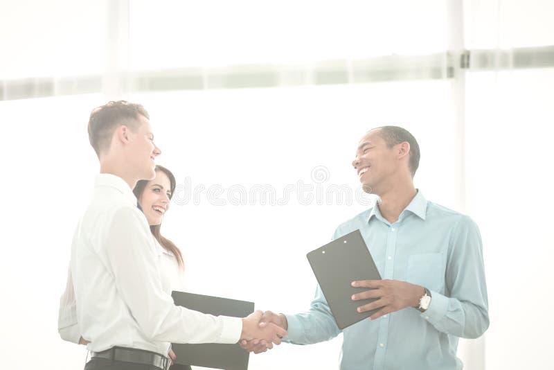 Uścisk dłoni ludzie biznesu stoi w biurze zdjęcia royalty free