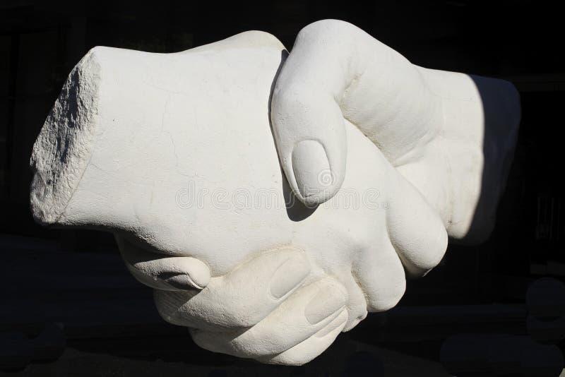 Uścisk dłoni mówi dziękuje ciebie zdjęcie royalty free