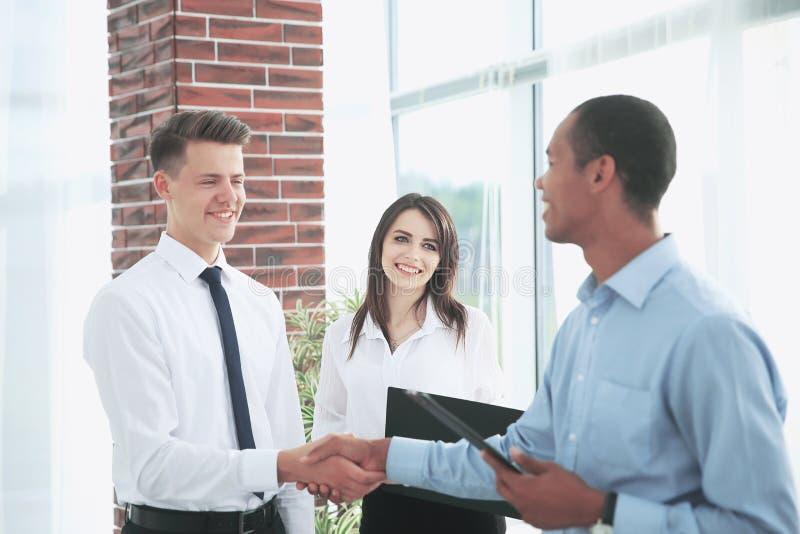 Uścisk dłoni młodzi partnery biznesowi w biurze fotografia royalty free