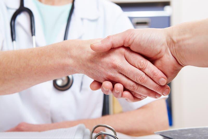 Uścisk dłoni między lekarką fotografia royalty free
