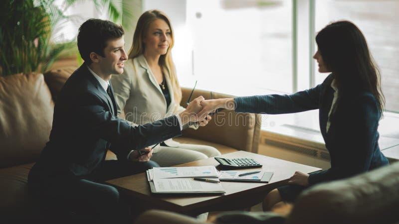 Uścisk dłoni partnery biznesowi po dyskutować nowego pieniężnego kontrakt obraz stock
