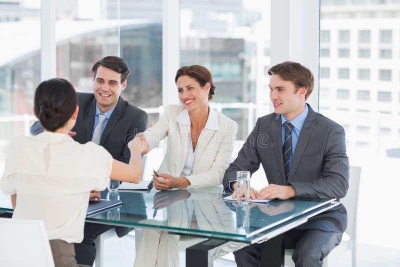 Uścisk dłoni pieczętować transakcję po akcydensowego rekrutacyjnego spotkania obraz stock