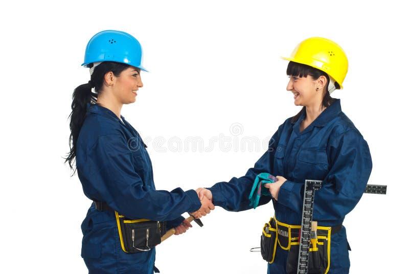 uścisk dłoni szczęśliwi kobiet pracownicy fotografia royalty free
