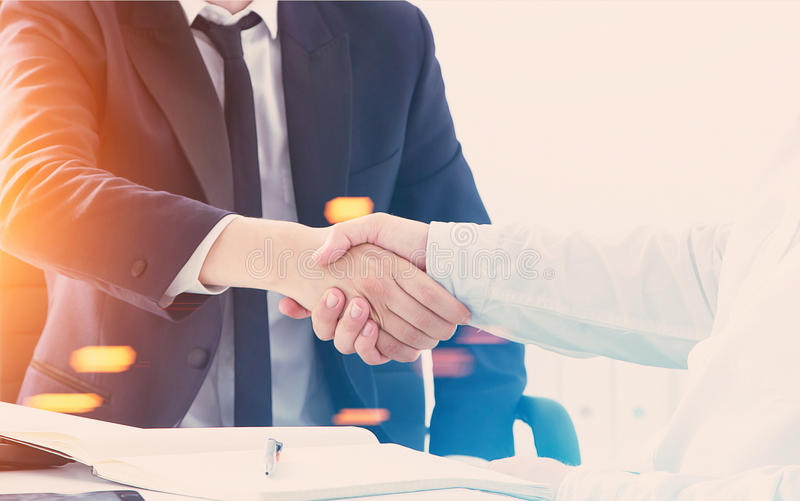 Uścisk dłoni w biurze zdjęcie stock