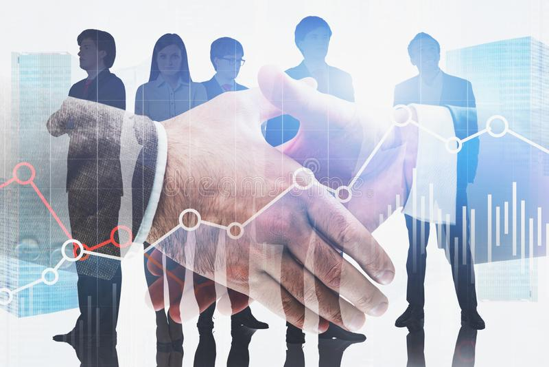 Uścisk dłoni w mieście, biznes drużynie i wykresie, zdjęcie royalty free