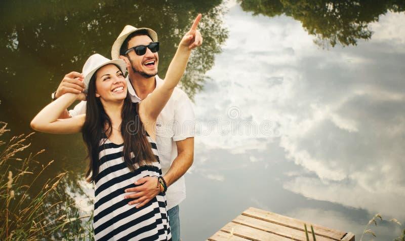 Uścisk szczęśliwa romantyczna para na molu bada świat był fotografia royalty free