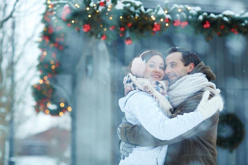 Uścisk w opadzie śniegu obrazy royalty free