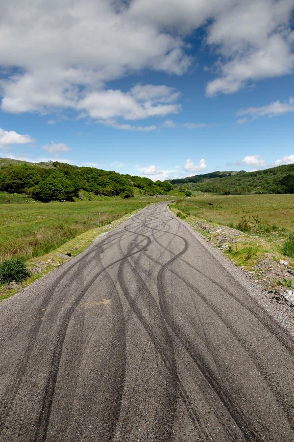 Uślizg oceny na asfaltowej drodze Czarna dolina w okręgu administracyjnym Kerry, Irlandia zdjęcie stock
