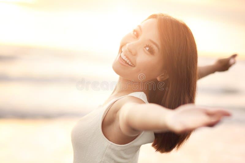 Uśmiech Bezpłatny i szczęśliwa kobieta zdjęcie stock