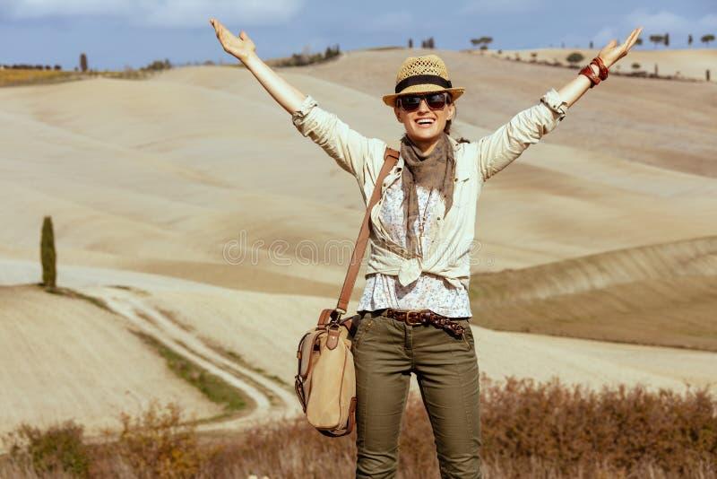 Uśmiechać się dysponowanej kobiety wycieczkuje w Tuscany na lecie, Włochy cieszenie obrazy stock