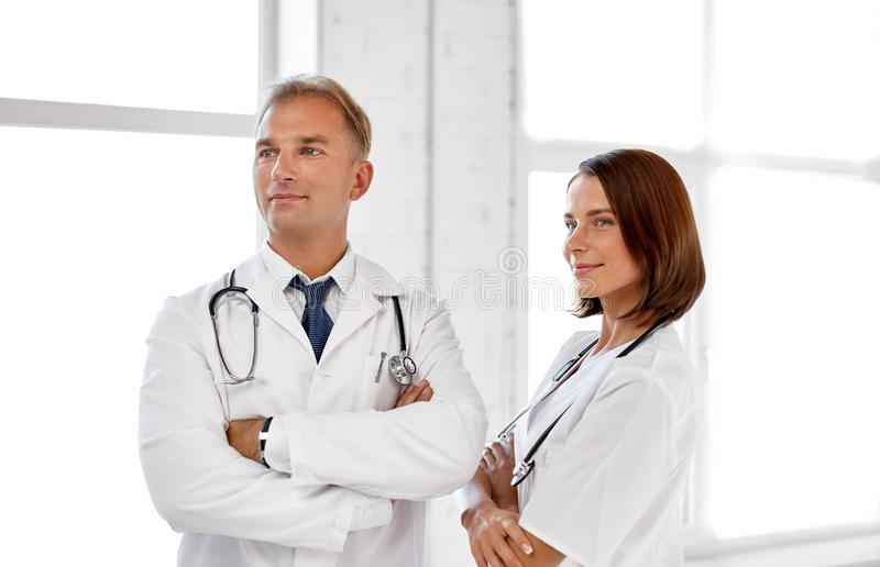 Uśmiechać się lekarki w białych żakietach przy szpitalem zdjęcia royalty free
